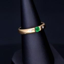 wunderschöner Ring für Damen, besetzt mit einer Edelsteinkombination aus 2 Brillanten und einem Smaragden 585er 14K Gelbgold Größe 53