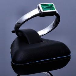 eleganter Weißgoldring (750, 18K) mit einem leuchtenden grasgrünen Smaragd