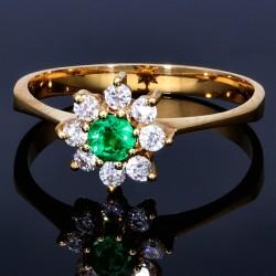 Edler Damenring in 750 (18K) Gelbgold mit einem leuchtend tannengrünen Smaragd und 8 erlesenen Zirkoniasteinen