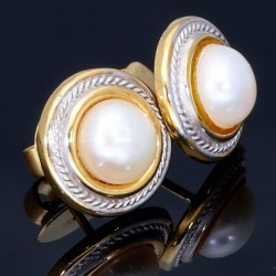 Handgearbeitete bicolor Ohrstecker, besetzt mit jeweils einer natürlichen Perle, gefasst in 750er (18k) Gold