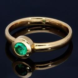 Moderner Damenring mit einem runden, leuchtend grasgrünen Smaragd in 18K / 750 Gelbgold