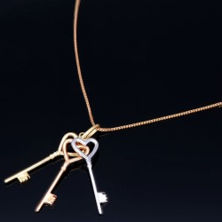Exquisites Schmuckset - 585 Roségold - Halskette und einem Tricolor - Anhänger in 14K / 585 Gelb-, Rosé und Weißgold mit 3 Schlüsseln in Herzform